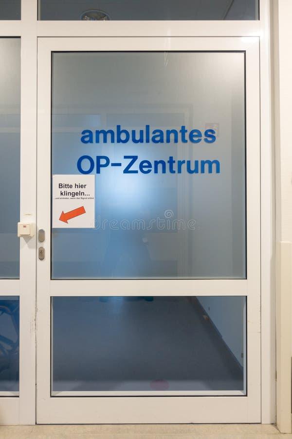 Ingång till OP mitten för poliklinikpatient arkivfoton