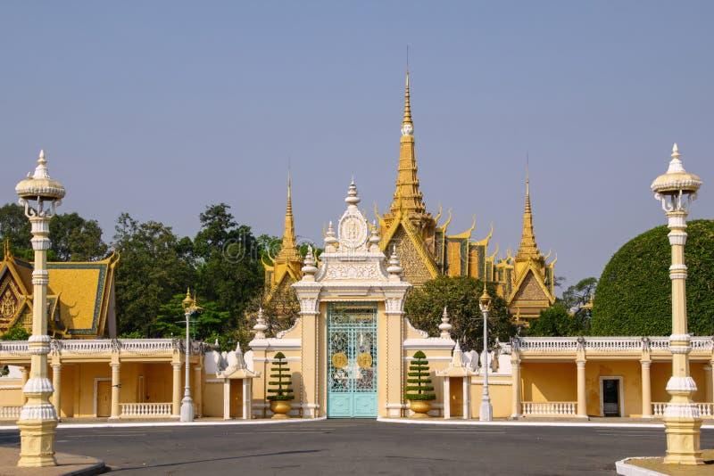 Ingång till Royal Palace Den Royal Palace och silverpagoden royaltyfria bilder
