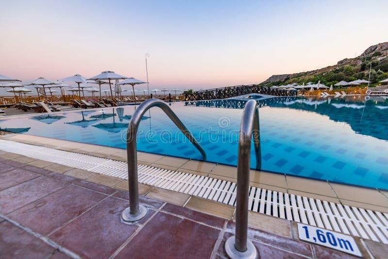 Ingång till simbassängen på hotellsemesterorten, blå timme för soluppgång, Rhode, Grekland arkivbild
