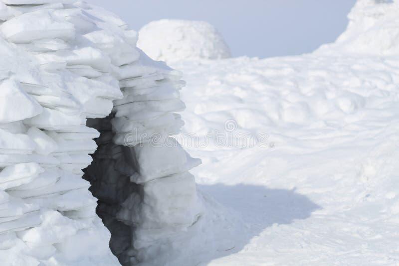 Ingång till snögrottan - iglooeskimohus royaltyfri bild