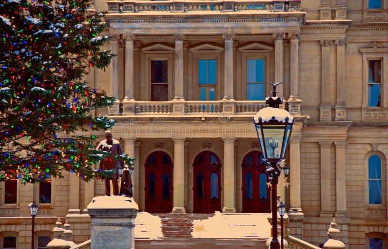 Ingång till tillståndet av den Michigan Kapitolium på jul royaltyfria bilder
