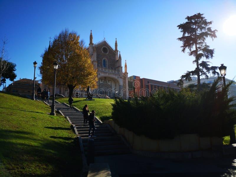 Ingång vid apark framme av kyrkan och den gamla kloster av den San Jerà ³nimoen el som är verklig, i Madrid, Spanien royaltyfria foton