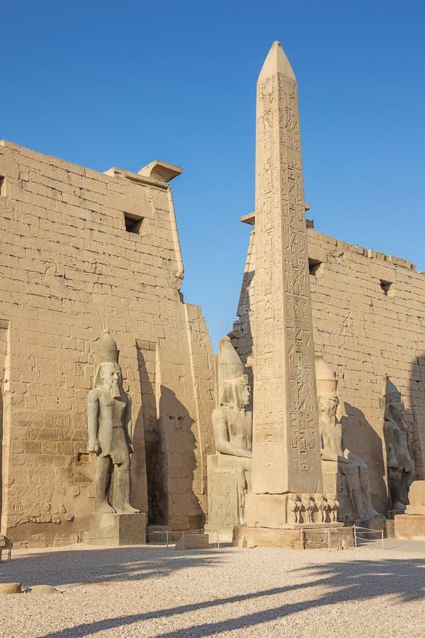 Ingången av templet av Luxor arkivbilder