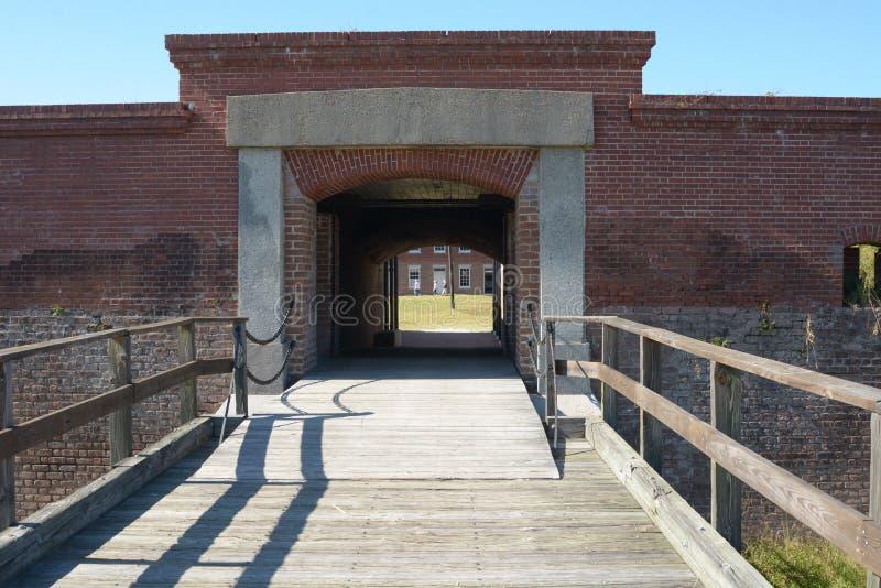 Ingången för fortnitningborggården inkluderar en ramp över vad kunde vara en vallgrav som skyddar väggarna från attack royaltyfri fotografi