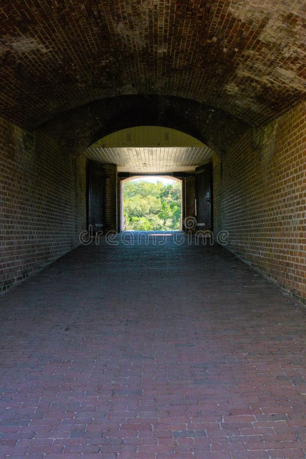 Ingången för fortnitningborggården visas som en mörk tunnel och ger besökaren en idé om den fasta konstruktionen som göras 150 ye royaltyfria bilder