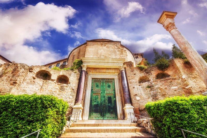 Ingången till den Santi Cosma e Damiano basilikatemplet av Romulus i Roman Forum, arkivbilder