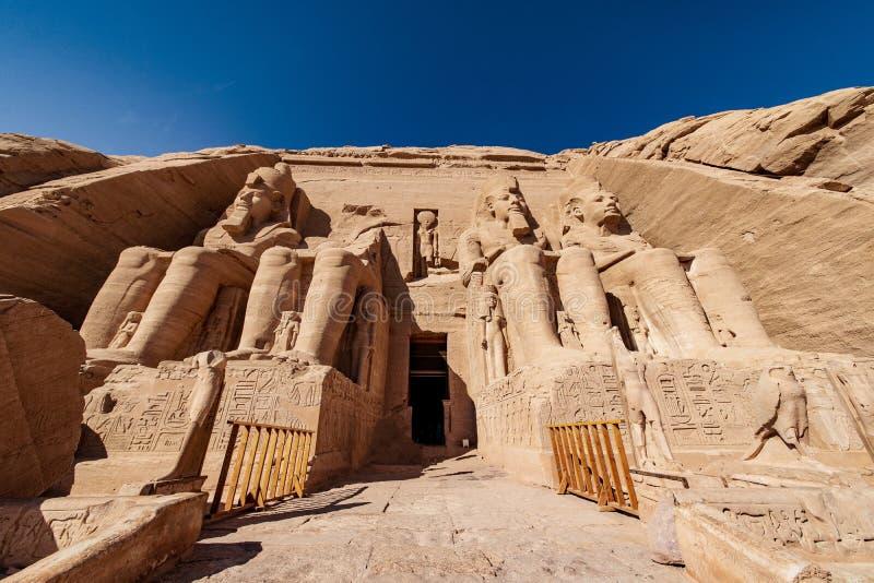 Ingången till den viktigaste templet i Egypten Abu Simbel Temple ägnade till Ramesses andra royaltyfri fotografi