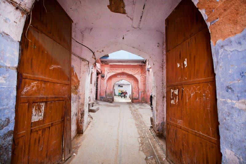 Ingången till det gamla indiska huset till och med ett rostigt öppnar porten i rosa stad arkivbilder