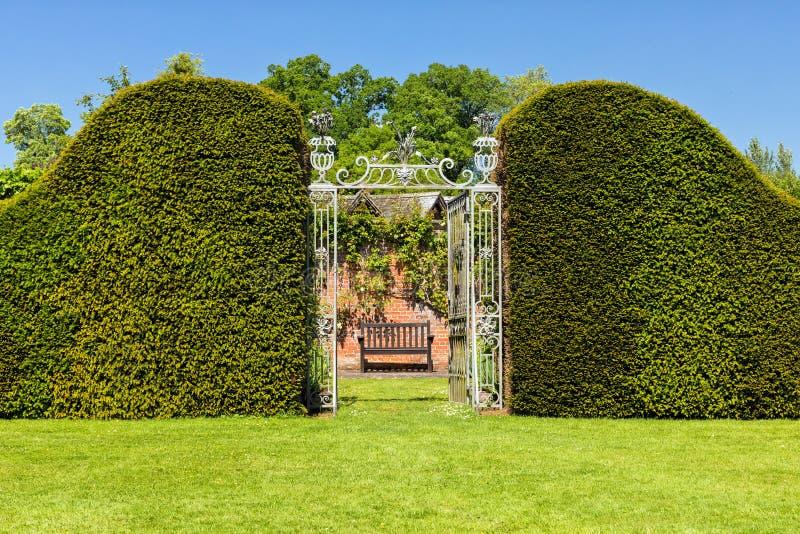 Ingången till Hampton Court Castle ` s Walled trädgården, Herefordshire, England fotografering för bildbyråer