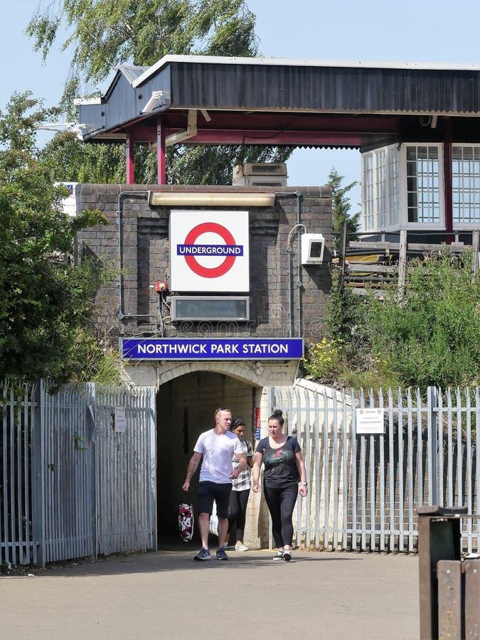 Ingången till Northwick parkerar London den underjordiska storstads- järnvägsstationen royaltyfri foto