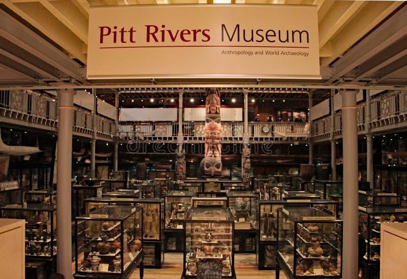 Ingången till Pitt Rivers Museum i Oxford En samling av över arkeologiska en halv miljon och antropologiska kulturföremål arkivfoto
