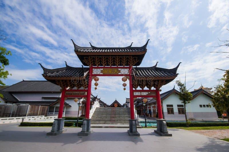 Ingången till stadspelarrelikskrin i Suphan Buri arkivbilder