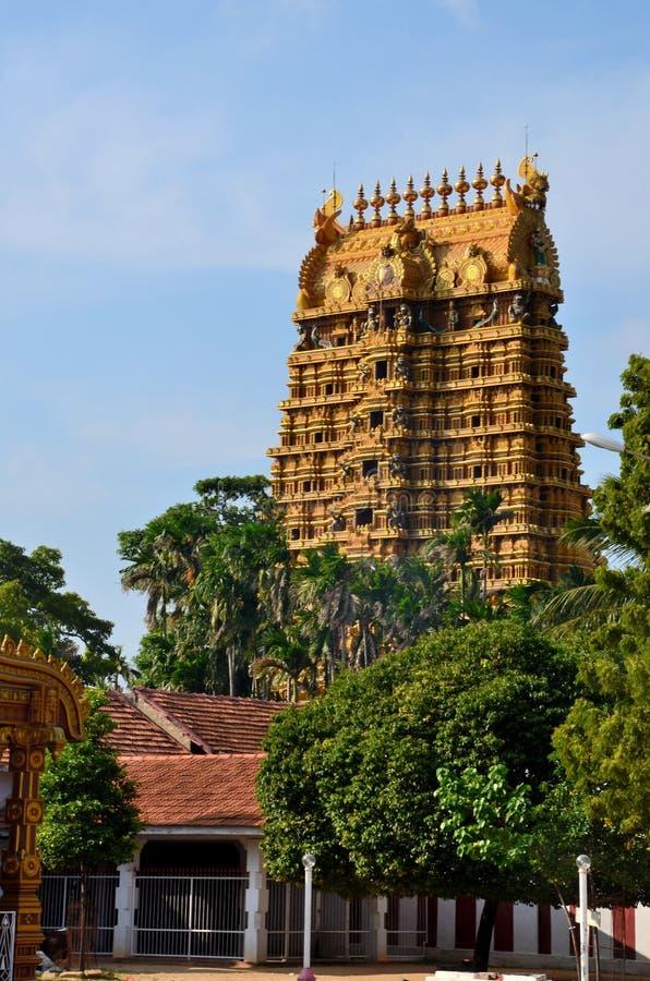 Ingångs- och gopuramtorn av Nallur Kandaswamy den hinduiska templet till Lord Murugan Jaffna Sri Lanka royaltyfri foto
