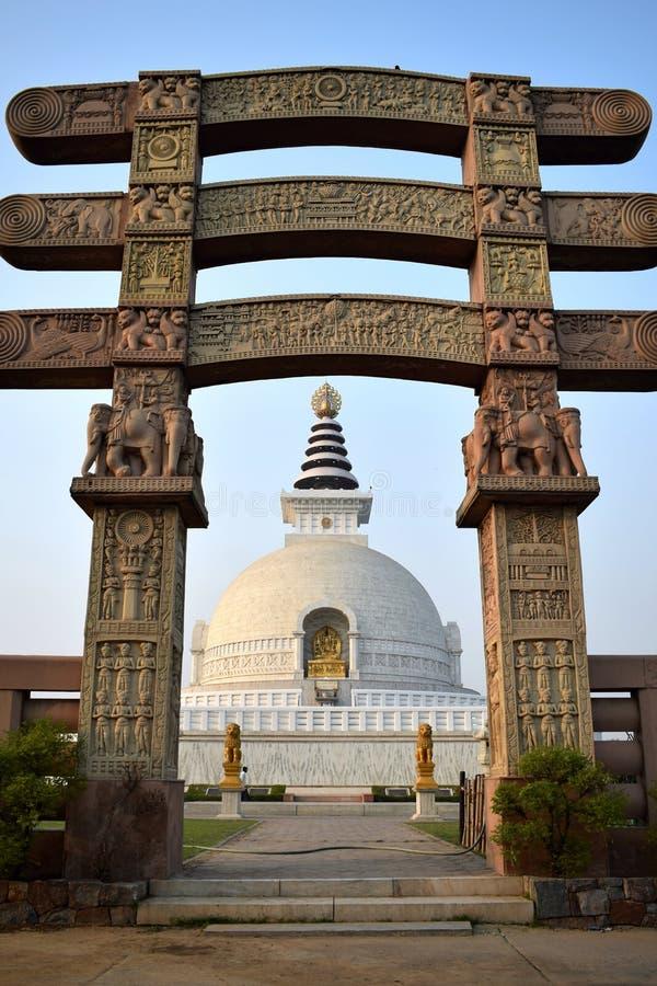 Ingångsbåge till stupaen Shanti med stupaen i bakgrunden i Delhi arkivfoton