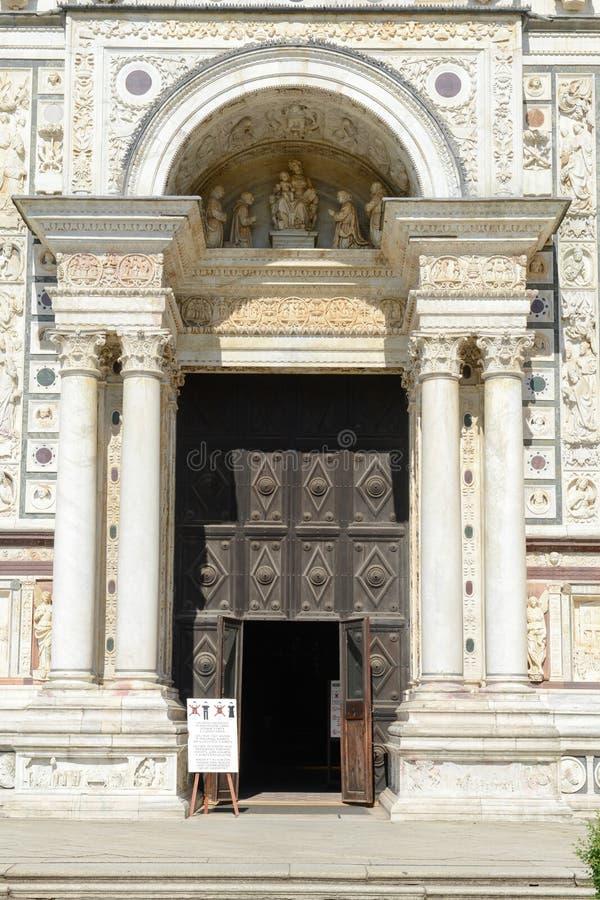 Ingångsdörr av Certosa på den Pavia den medeltida kyrkan och kloster arkivbild