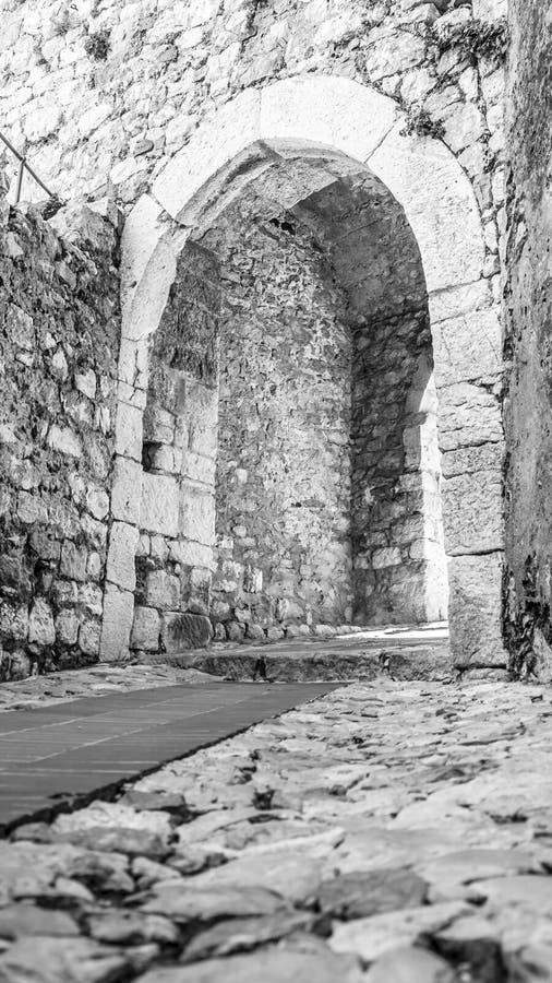 Ingångsdörr av den Eze byn arkivbild