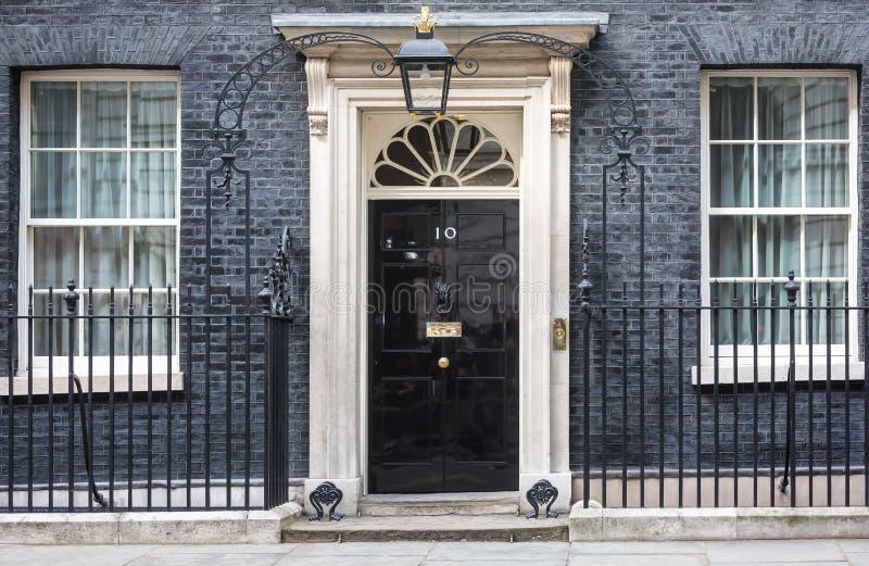 Ingångsdörr av 10 Downing Street i London royaltyfria bilder