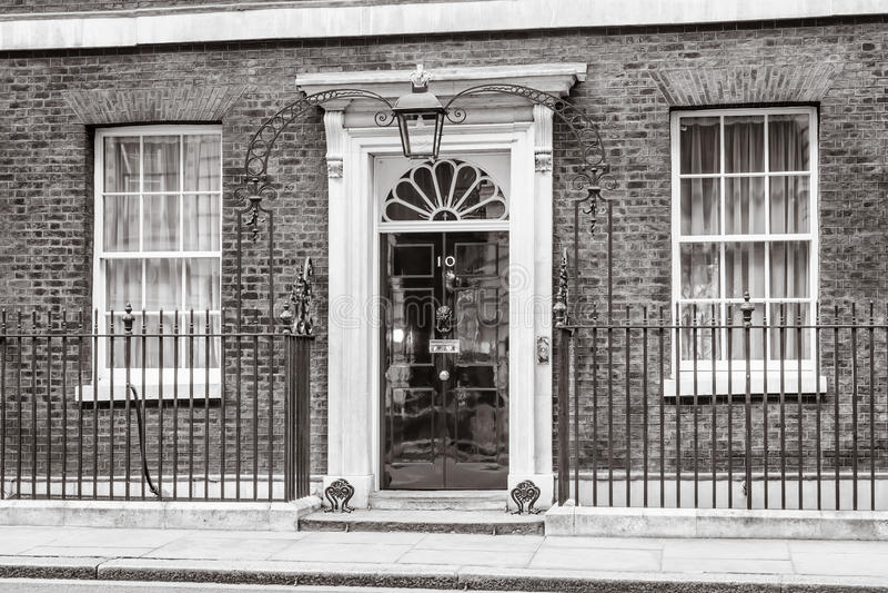 Ingångsdörr av 10 Downing Street i London arkivbild