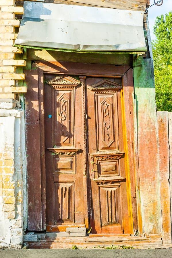 Ingångsdörr av en sovjetisk stilbyggnad i Kiev arkivfoto
