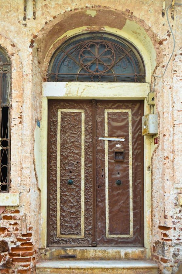Ingångsdörr av ett mycket gammalt hus som överges i Buyukada, Istanbul royaltyfri foto