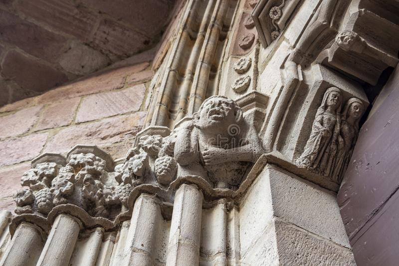 Ingångsdörr av Notre-Dame-du-Anfall-du-Pont Kyrktaga i Helgon-Jean-Pied-de-port, Frankrike, arkitektonisk detalj, selektiv fokus arkivfoto