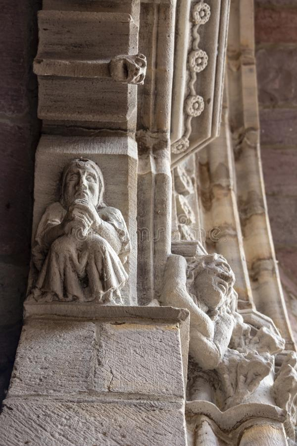 Ingångsdörr av Notre-Dame-du-Anfall-du-Pont Kyrktaga i Helgon-Jean-Pied-de-port, Frankrike, arkitektonisk detalj, selektiv fokus royaltyfri fotografi