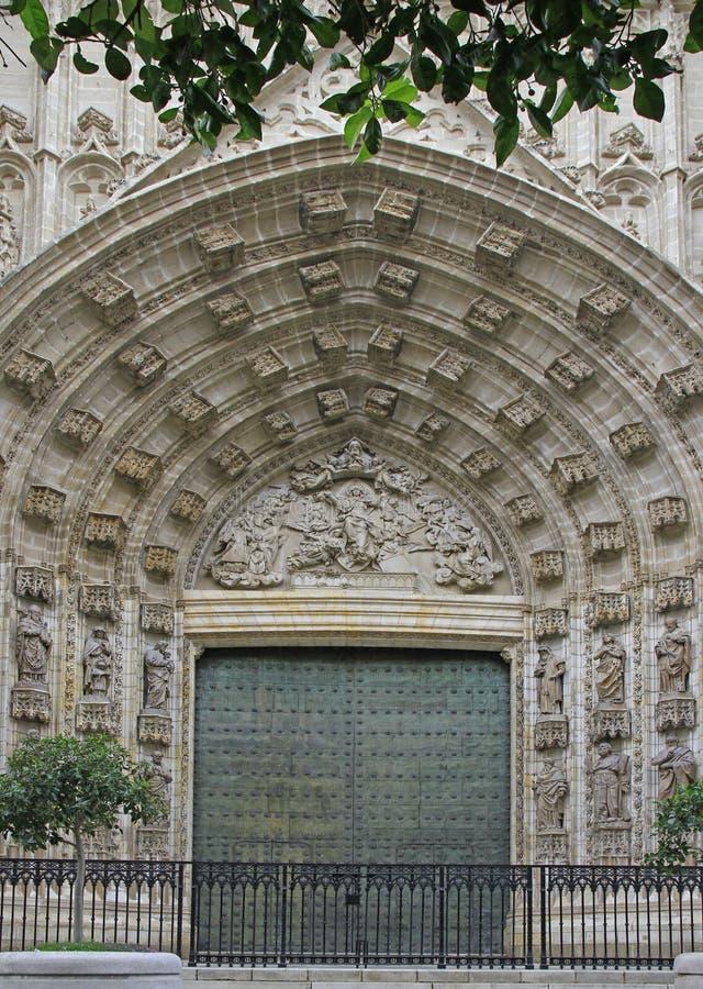 Ingångsdörr av Sevilla Cathedral i Spanien arkivbilder