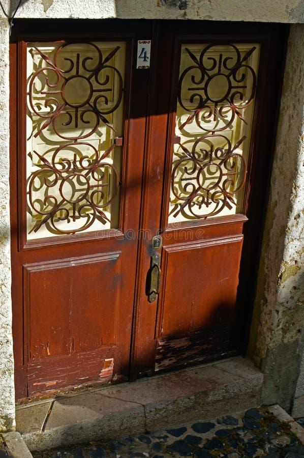 Ingångsdörr i det gamla huset royaltyfri foto