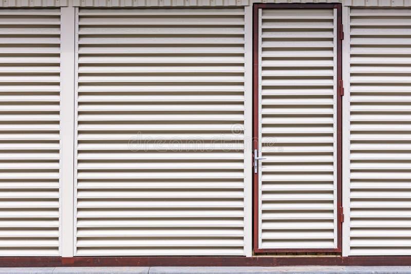 Ingångsdörr i magasinbyggnaden luftventil för metallark med horisontalstänger fotografering för bildbyråer