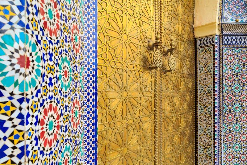 Ingångsdörr med mosiac- och mässingsdörren på den kungliga slotten in arkivbild