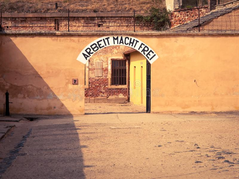 Ingångsdörr till kvarteret A på den Terezin koncentrationsläger fotografering för bildbyråer