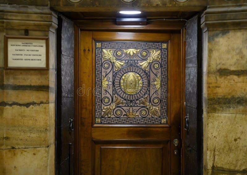 Ingångsdörr till sakristian inom Milan Cathedral, domkyrkakyrkan av Milan, Lombardy, Italien royaltyfri foto