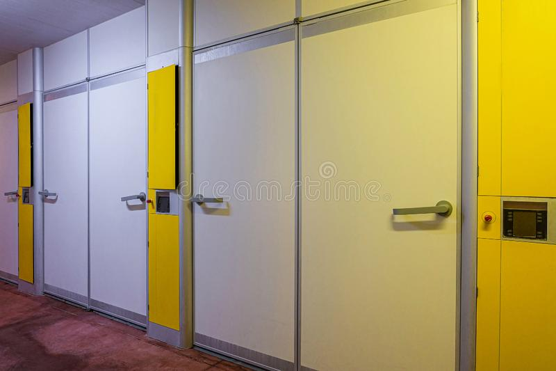 Ingångsdörrar med automation i lokalen av denindustriella hatcheryen arkivbild