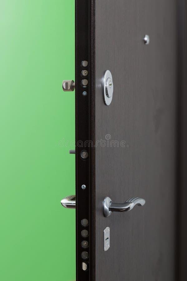 Ingångsdörren till lägenheten arkivfoton