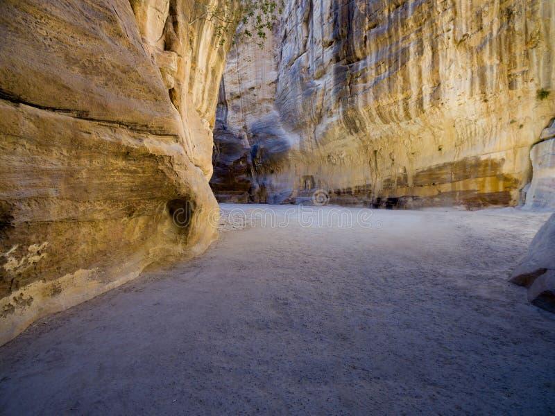 Ingångskanjonpassagen till den forntida staden av Petra arkivbilder