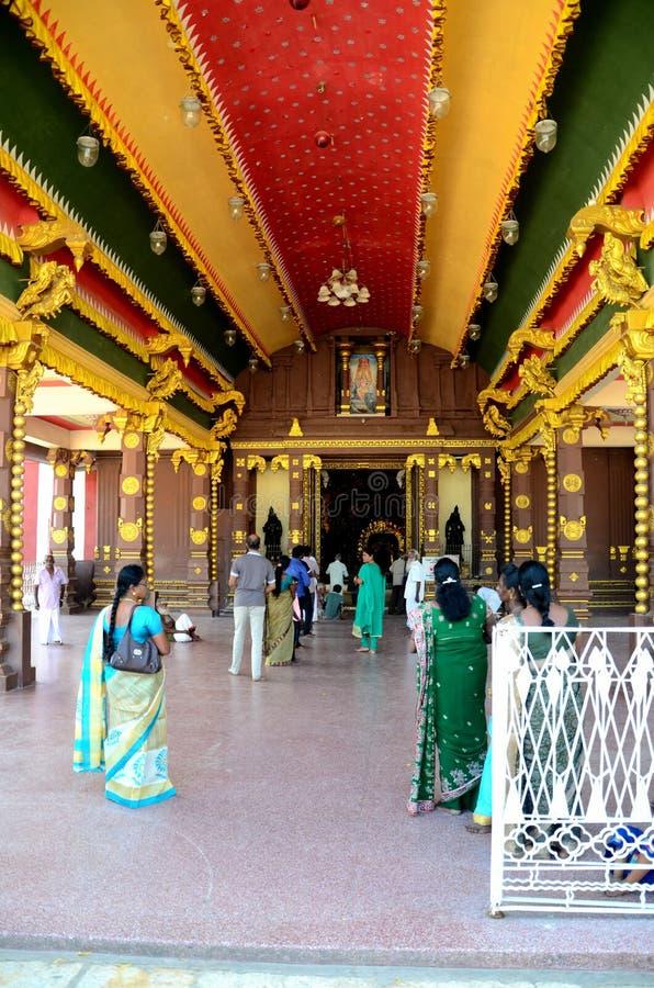 Ingångskorridoren med vallfärdar och trogna worshippers på Nallur Kandaswamy den hinduiska templet Jaffna Sri Lanka royaltyfria foton