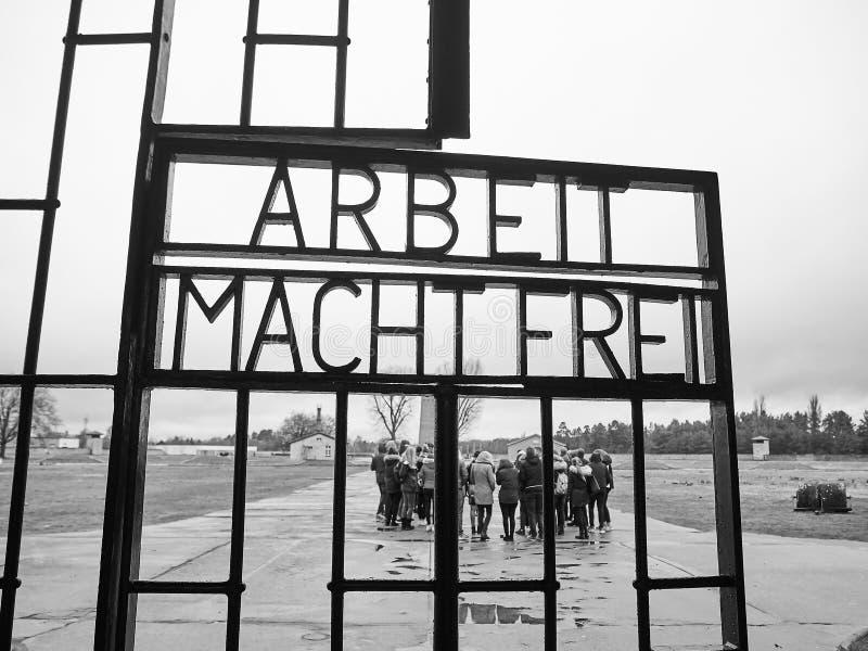 Ingångsport av den Sachsenhausen koncentrationsläger I en shoppingmitt royaltyfria bilder