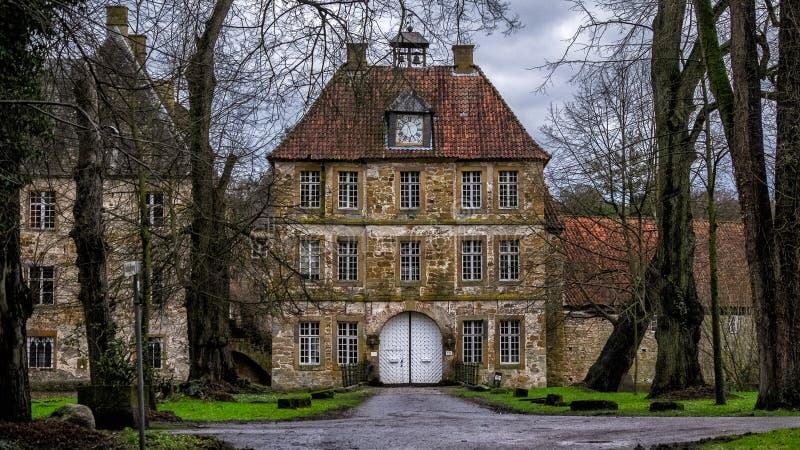 Ingångsport av den Schloss Tatenhausen för vattenslott` `en i Kreis Guetersloh, norr Rhen-Westphalia, Tyskland arkivfoto