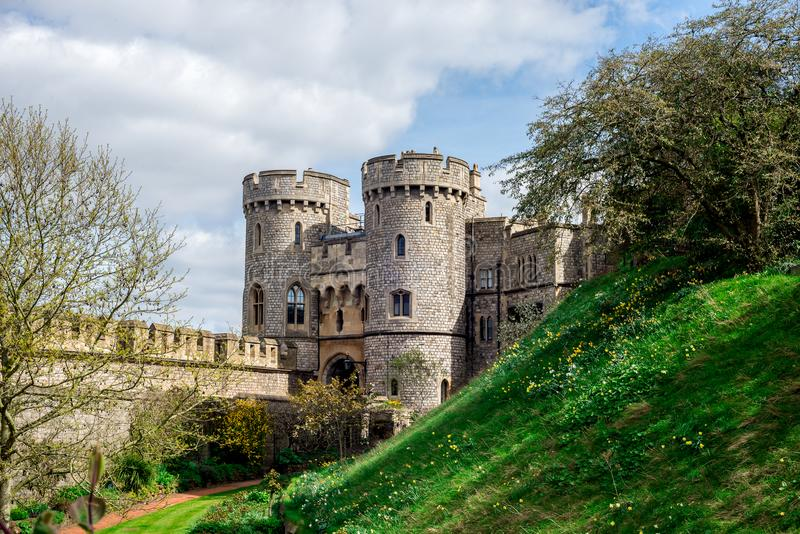 Ingångsport mellan två torn till den inre gården av Windsor Castle royaltyfria bilder