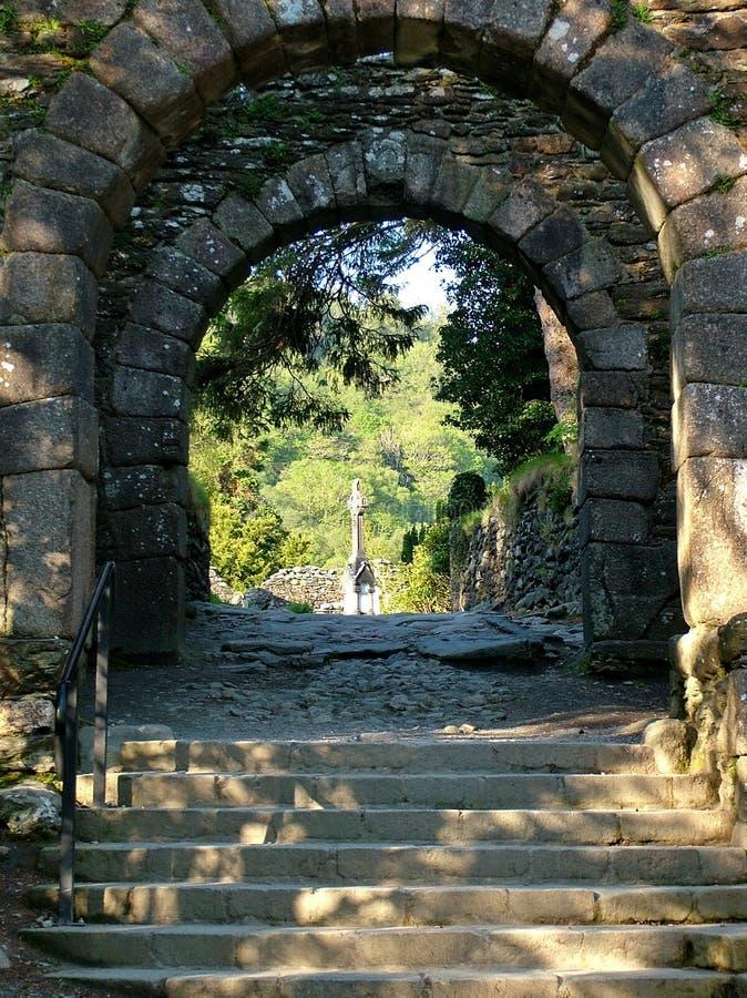 Ingångsport- och stentrappa på Glendalough royaltyfri foto
