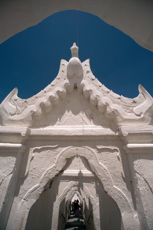 Ingångsport till den Hsinbyume pagoden i Myanmar royaltyfria bilder