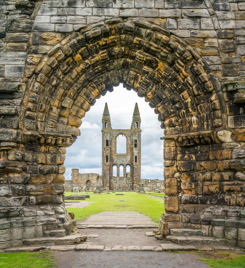 Ingångsport till helgonet Andrews Cathedral, Skottland royaltyfri fotografi