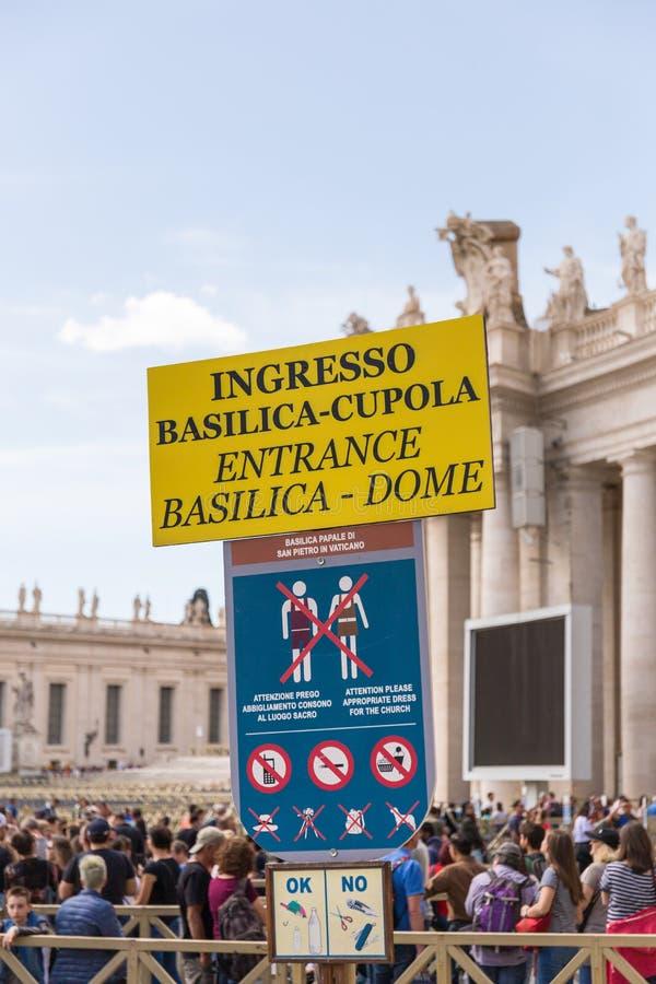 Ingångssignat ingången av helgonet Peter Basilica, Vatican City arkivbild