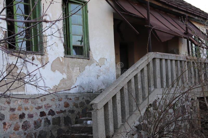Ingångstrappa till ett gammalt övergett hus royaltyfri foto