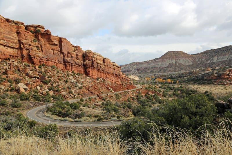 Ingångsväg till Nat Colorado monument royaltyfria bilder