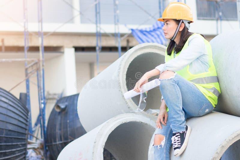 Ingénierie avec le casque antichoc au chantier de construction image stock