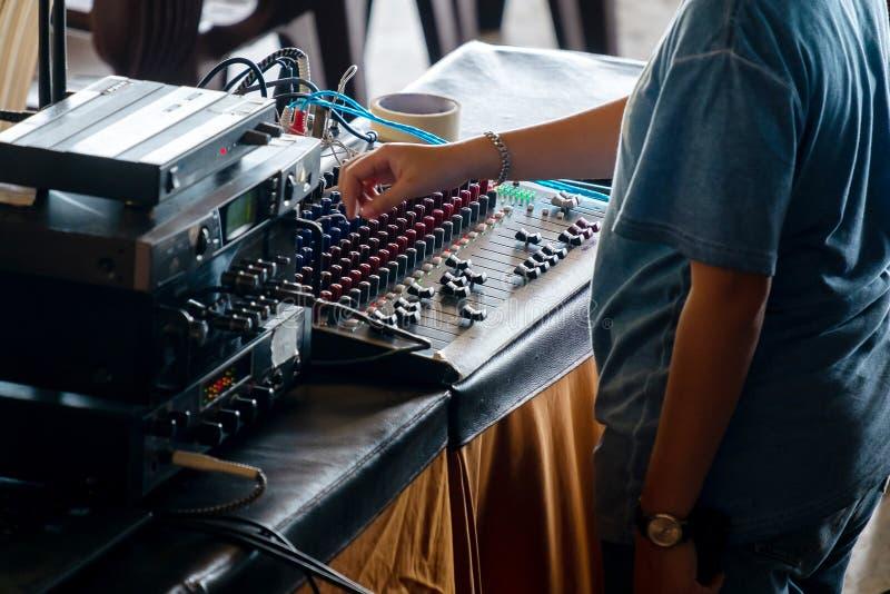 Ingénierie saine de fille mélangeant le petit matériel son pour un d'intérieur photo libre de droits