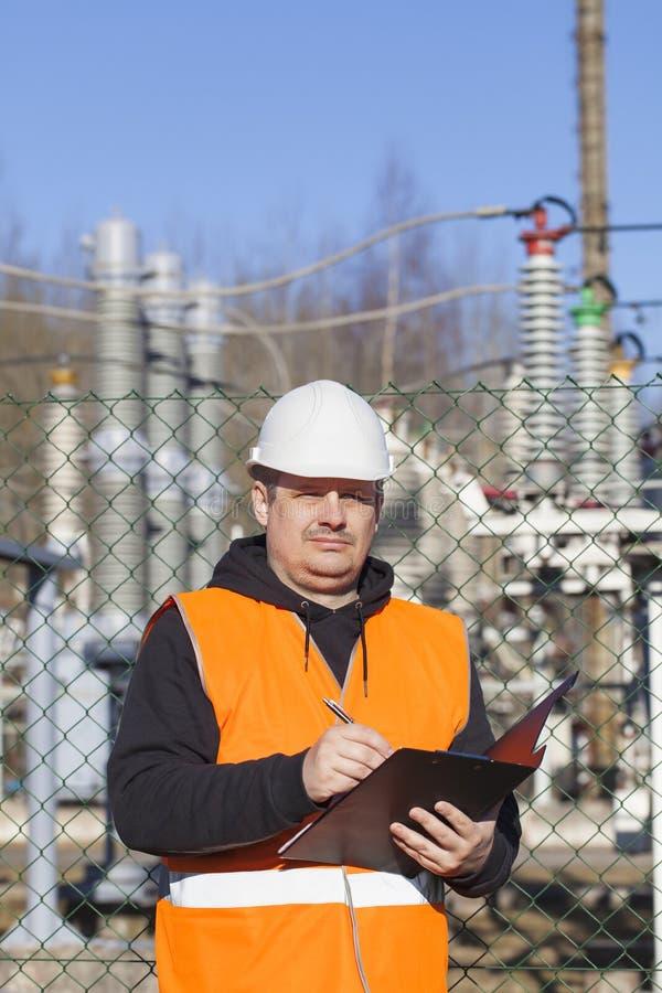 Ingénieur électrique écrit la documentation photos stock