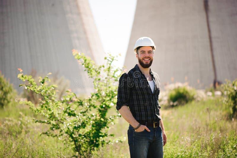 Ingénieur électrique de Handsom à une station électrique photographie stock libre de droits