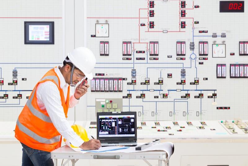 Ingénieur électrique travaillant à la salle de commande de la centrale thermique images stock